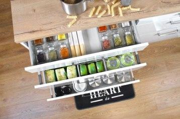 Systemy szuflad Comfort Box marki REJS – szuflady Comfort Box, dostępne w różnych rozmiarach i wysokościach, pozwalają na pełny wysuw, co zdecydowanie ułatwia dostęp do przechowywanych w nich przedmiotów.